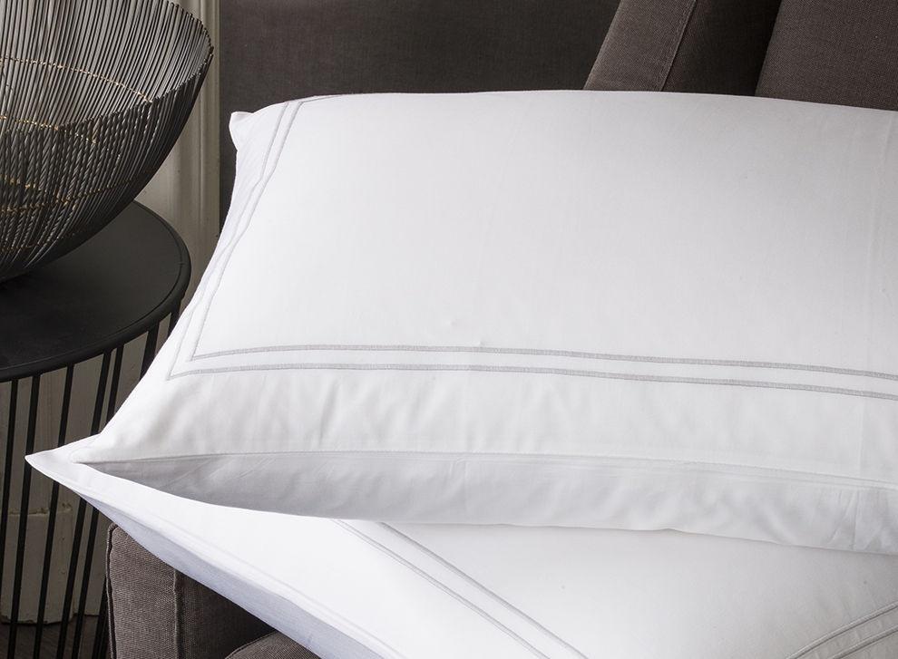 taie d oreiller en satin de coton broderie gris perle. Black Bedroom Furniture Sets. Home Design Ideas